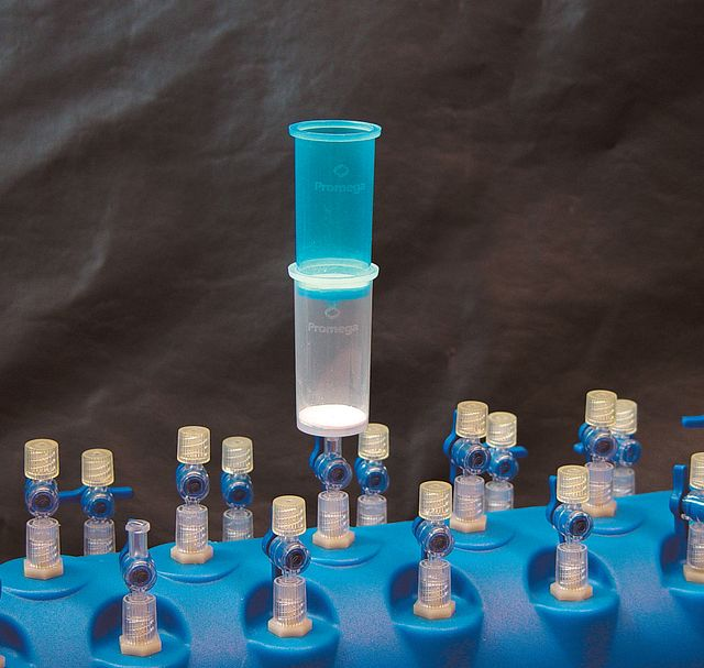 Proper assembly of Lysate Clearing Column (blue) and DNA Binding Column (white) for use with the PureYield™ Plasmid Midiprep System DNA Purification by Vacuum protocol.
